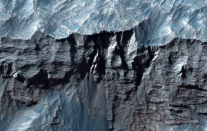 Güneş Sistemindeki En Büyük Kanyon Çarpıcı Görüntülerle Ortaya Çıktı