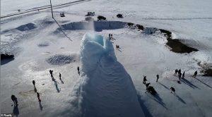 Kazakistandaki Buzdan Yanardağ Yeraltı Sularını Fışkırtıyor