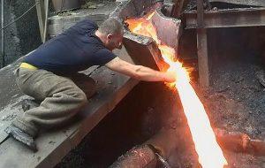 Erimiş Metale Elini Değdirip Yanmamasının Sebebi Yetenek Değil Leidenfrost Etkisi!