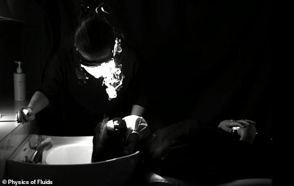 Video, Maske Arkasından Konuşurken Bile Virüsün Nasıl Yayıldığını Gösteriyor