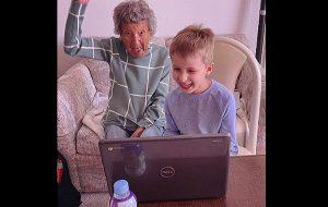 102 Yaşındaki Büyükanne Torunun Uzaktan Beden Eğitimi Dersine Katılıyor