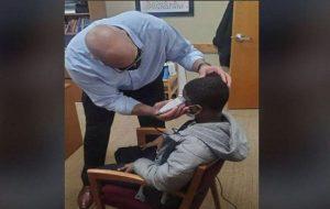 Müdürün, Şapkasını Çıkarmayı Reddeden Öğrencisine Davranışı Övgüler Almasını Sağladı