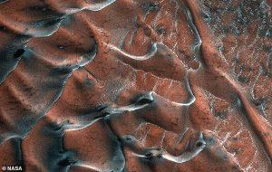 Bu Çarpıcı Fotoğraf Dünya'nın Değil Mars'ın Buzlu Kum Tepelerine Ait