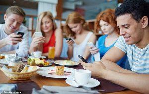 Yeni Araştırma: Telefona Bakmak, Esnemek Kadar Bulaşıcıdır