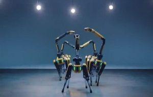 7 Robot Köpek İnanılmaz Bir Dans Gösterisi Sunuyor