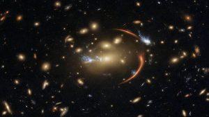 Yeni Hubble Görüntüsü Bir Fenomeni Yakaladı: Yer Çekimi Işığı Büküyor