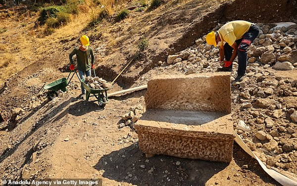 İzmirde Üstünde İsimleri Kazılı 1800 Yıllık VIP Koltuklar Keşfedildi